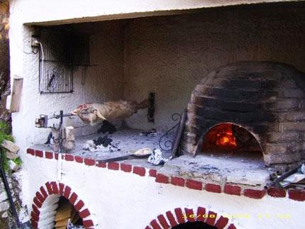 Το αρνί γυρίζει στην σούβλα. Ο φούρνος ετοιμάζεται!