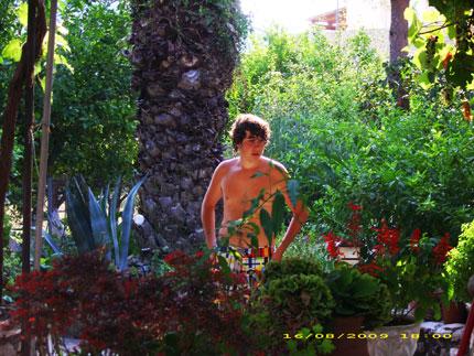 Στον κήπο στο σπίτι του παππού μου
