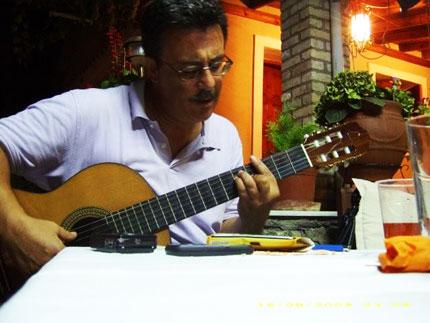 Ο Χρήστος ο Χαλικιόπουλος παίζει κιθάρα