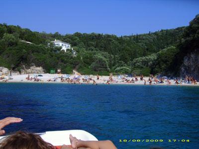 """Η παραλία """"Ροβινιάς"""" όπως φαίνεται απο θαλάσσιο ποδήλατο"""